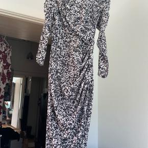 Lang, tætsiddende kjole i 98% polyester. Fejler ingenting