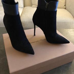 Varetype: Stiletter Farve: Sort Oprindelig købspris: 5940 kr. De smukkeste støvler med stilet hæl. Sort ruskind med silke bånd øverst. De er kun gået med et par timer indenfor, da de er lige det højeste for mig..  Mp. 2.600,- prisen er fast! Porto kommer oveni.   Se gerne mine andre annoncer med lækre mærkevarer.  Giver mængderabat.