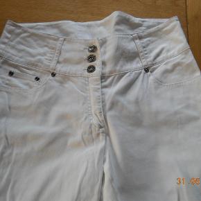 Varetype: 3/4 bukser Farve: hvide  Super flotte bukser med bred linning, 3 knapper og lille slids ved benet. Der er en lille bitte smule fnuller mellem benene men er kommet ret hurtigt da bukserne ikke har været brugt mere end 5-6 gange og ellers er som nye pris er plus porto