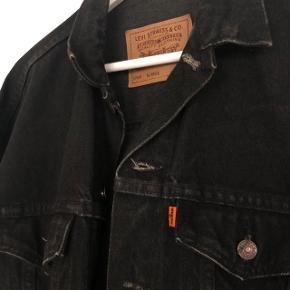 Vintage Levis denimjakke med orange mærke. Str XL men passer som en large