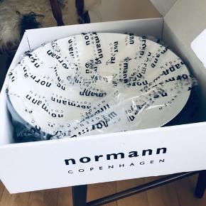 Normann Copenhagen skål 🖤 • sort  • Ø38   Fragt: Kan afhentes i Aarhus N.   Alle mine varer kommer fra et røgfrit hjem og jeg bytter ikke medmindre at andet står beskrevet.   Vh Frida Hjeresen :))