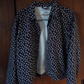 Fin mønstret demin-agtig jakke i lidt oversize. Ubrugt og så god som ny, kan prøves i NV.