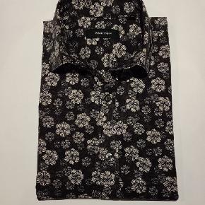 """Langærmet skjorte fra Matinique. Dyb grøn med """"mellemstore"""" blomster."""