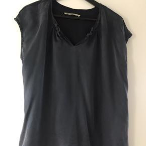 Så flot top / T-shirt.  Fronten er 100% silke Bagsiden er 100% viskose. Løs model, så passer fint en str 40 også(er selv 38-40)