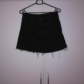 Sort denim nederdel. Str 32. 30 kr 😊