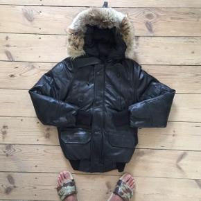 Canada Goose, Chiliwack, unisex jakke i str. XXS men den er stor i størrelsen og svarer mere til en XS. Jakken er i sort blødt kalveskind. Den er limited edition og er nr. 68 ud af 200. Ny pris er 17.000.