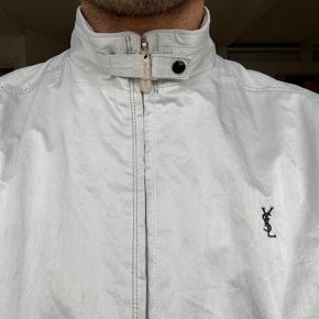 Brugt YSL jakke til salg. Låsen på halsen er en smule ridset på indersiden, og har en enkelt plet indeni - ellers god som ny. Send besked for flere billeder   Str. 95