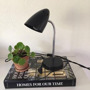 Sort bordlampe købt i Bahne💡🔌  Bogen og blomsten er ikke til salg.