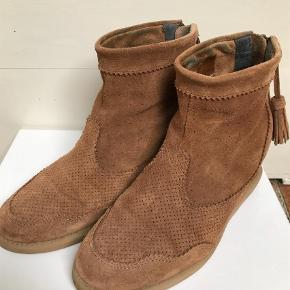 Varetype: Støvletter Farve: Brun  Brugt men ikke slidte. Aldrig brugt i dårligt vejr, mest indendørs.