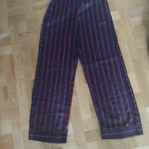 Flot stribet bukser fra Soaked in Luxury. God til fester men også til hverdagen. God stand. Kan godt få en mangerabat hvis du køber flere ting fra min profile ☺️