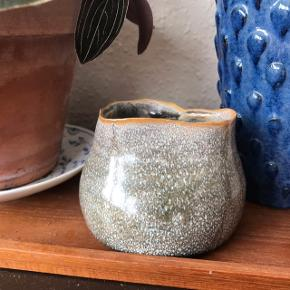 Fin lille vase med skæv form 👌🏼 rigtig sød i brun og grå. Måler ca. 7 cm i højden, og 8,5 cm i bunden i diameter. Fejler ingenting. Nyere design, jeg ved dog ikke hvor den er fra.   Bemærk - afhentes ved Harald Jensens plads eller sendes med dao. Bytter ikke 🌸  💫 Vase loppefund keramik urtepotteskjuler potte potteskjuler urtepotte