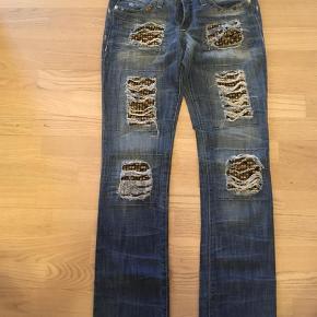 """Brand: Robin's Jean Varetype: Jeans Størrelse: 27/27"""" Farve: Denim Oprindelig købspris: 4700 kr.  Super fede og sjælden edition af Robin's Jean. Købt i USA."""