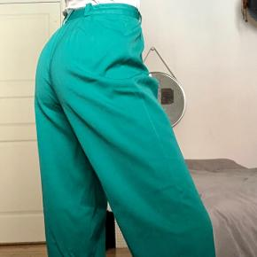 Love these trousers! But the color just don't suit me :( I've been stubborn about selling them cause they were a vintage found and I'm in love with the fit, but I need to pass them on to someone who'll actually use them 😅