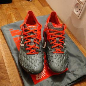 Super fede new balance fodboldstøvler Prøvet en gang, kunne ikke passe dem da de var for smalle.  Ny pris 1100