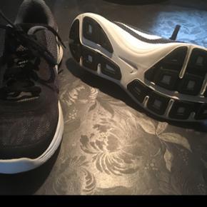 Super fede næsten nye Nike sko i str 38,5.  I rigtig pæn stand.  BYD