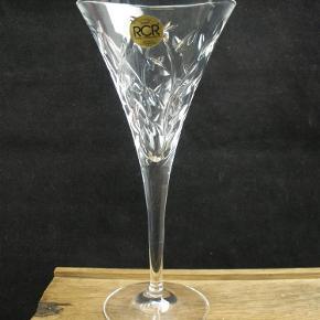 Brand: RCR Varetype: Italienske Krystal Cocktailglas 18,5 cm - Laurus Størrelse: 18.5 Farve: klar  Smukke italienske krystal cocktail glas fra RCR.  Glassene måler 18,5 cm i højden.  Prisen er per glas. Jeg har fire styk.  Alle er i flot stand uden skader.  Kan sendes for 40 kroner.  Ingen byttehandel tak.