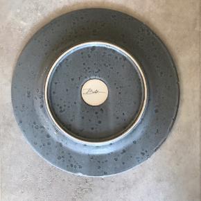 4 grå middagstallerkener fra Bitz (27 cm)  Nypris 99 pr stk Sælges for halv pris :)  I god stand uden ridser el.lign.