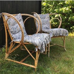 Flotte gamle bambus stole med aftageligt betræk. Pris 750 kr pr. stk.