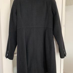 Uldfrakke str. 40 sælges da den aldrig er kommet i brug. Den er facon syet.