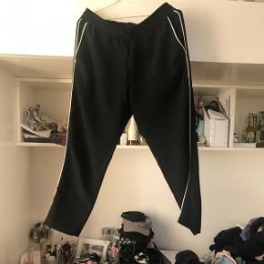 Vildt fede! Ved ikke om det er meningen at folk mindre end mig skal bruge dem eller om det er 3/4 bukser, men de klæder i hvertfald ikke mig, men syntes virkelig de er fede så det er virkelig ærligt :(