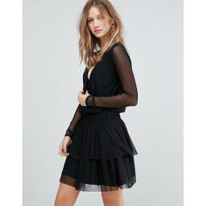 Langærmet kjole fra Gestuz med v-udskæring. Kun brugt én gang i få timer - fejler intet Kjolen er skåret med elastikkant i livet Skørt i to lag.   NP: 900kr Kom med et bud 😊