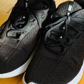 Flotte Nike sko, str. 39 Brugt meget lidt. Desværre købt for små. Vil mene de passer en str. 38,5  De har ingen fejl, dog er limen på snuden lidt synlig - heraf den lave pris.