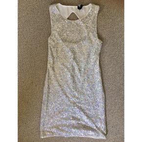 Hvid kjole med sølv palietter - fin stand, kom gerne med realistisk bud 👚