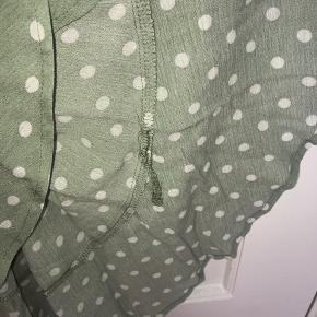Magasin kjole  - Brugt 1 eller to gange  - 100% viskose - Har en lille fejl (se billede)  - Farven på billederne er ikke helt rigtig (se gerne sidste billede som er tættest på)