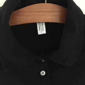 Top, & Other Stories, str. 36, Sort, 100% bomuld, Næsten som ny  Rigtig fin skjorte-agtig-trøje fra & Other Stories i 100% blødt bomuld.  Str.: Small / 36  Trøjen er krøllet på billedet, da jeg ikke er i besiddelse af et strygejern, men man kan selvfølgelig stryge trøjen, så den fremstår pænere.  Trøjen måler 48 cm. i længde fra nakken og 50 cm. i ærmelængde fra armhulen  Kan afhentes i København K el. sendes ved betaling af porto