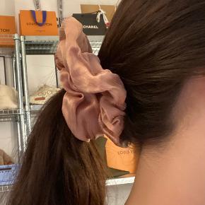 Flot oversized scrunchie hårelastik i smukt stof. Fra & Other Stories. Kun lige prøvet på til billedet.