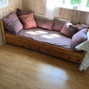 Bred enkeltmandsseng eller sofa med masser af opbevaringsplads. Der er påsat en plade for et mere fast underlag, da den er anvendt som sofa. Længde: 200 cm / brede: 90 cm. Madras og hynder medfølger ikke.