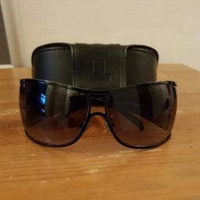 Originale Police solbriller til Herre Der er originale hylster med.