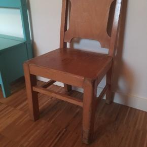 Børnestol med patina.
