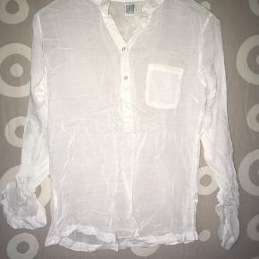 """Smuk hvid skjorte fra SAINT TROPEZ sælges. Med et fint print af et hjerte på ryggen. 🤗 Og så er der knappe funktion i hver side af ærmerne, så ærmerne ikke behøver, at """"smøres op"""" 🤓 Det eneste """"der er med den"""" er, at den trænger til en strygning. 😍 Mvh Julia Maria."""