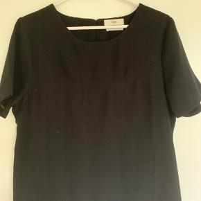 Fin bluse - har tidligere været en kjole, men er blevet syet om.  Det er ca. en størrelse small/xsmall.