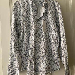 Fin skjorte der er som ny (mærket sidder stadig på). Køber betaler porto.