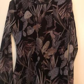 Smuk tætsiddende bluse med lidt høj hals og gennemsigtige ærmer. Sidder til. Polyester & elestan.  Sender senest dagen efter afsluttet handel 👍😊
