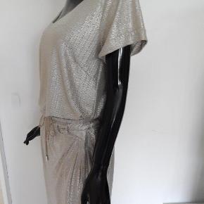 Whiite Bluse & nederdel 38/40, sølv/guld stof, brugt 1-2 gange, næsten som nyt