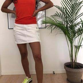 Lækker hvid sommer nederdel fra & Other Stories!  Cond: 8/10 Mp: 100kr Np:400kr Str:34