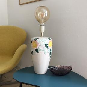 Smuk keramisk lampefod med blomster i de fineste pastelfarver 💛💠💗 Flot stand. H:40 (inkl. fatning). Ledning m. afbryder. 315,- #lampefod #bordlampe #pasteller #pastelfarver #vintagelampe #loppefund #loppemarked #loppedeluxe #loppeguld #sælges #tilsalg #sælgesaarhus