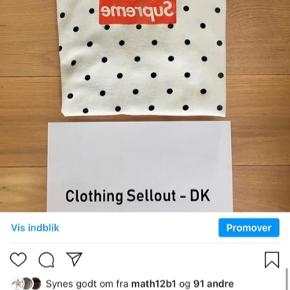 Supreme x CDG polka dot box logo Rigtig sjælden En af de eneste i Danmark!  Syet 3 steder og lidt skæv i bunden, men stadig med massere af liv!