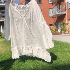 Oversized kjole.  Jeg er 180 cm høj, hvis det kan hjælpe ift. størrelse. Hvis der er spørgsmål så skriv endelig 😊