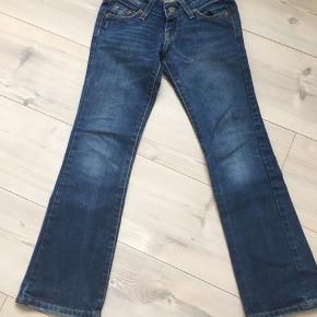 """Som ny. Velsiddende jeans, med let """"svaj"""" i benene."""