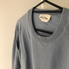 """Cashmeresweater fra American Vintage. I fin stand uden voldsom tegn på slid, men brugt i en periode og derfor lidt """"fnuller"""" på ærmer. Dette kan dog fjernes."""