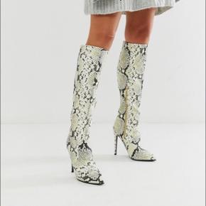 Nye støvler fra lost ink, med slangeskind print. Aldrig taget i brug, kasse medfølger. Str 37  Købt for 500kr på asos  Mp 250kr