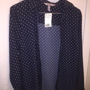 Sælger denne fine satin skjorte fra H&M i str. 36, som jeg lige har købt. Jeg har ikke brugt den, så der er stadig prismærke i. Ny pris var, som det ses på billedet, 129 kr.