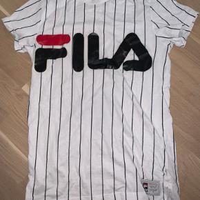 Sælger denne Fila t-shirt da jeg ikke får den brugt. Str. x-small. Skriv for flere billeder eller spørgsmål☀️
