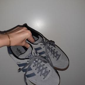 Super fede Adidas sneakers med et fedt retro design. Skoene er meget behagelige at gå i.