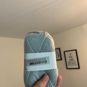 Sælger dette grå akrylgarn. Da jeg desværre ikke får strikket mere. Der er 50 g i pr bundt hvilket svare til ca 120 m. Sælger en for 5kr og alle 4 stykker for 15kr.