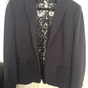 Smuk støvet blå Gustav blazer str 38  78% bomuld 9% uld 10% Polyamid 3% elastan   DER MANGLER EN KNAP - derfor er prisen så lav👍🏼